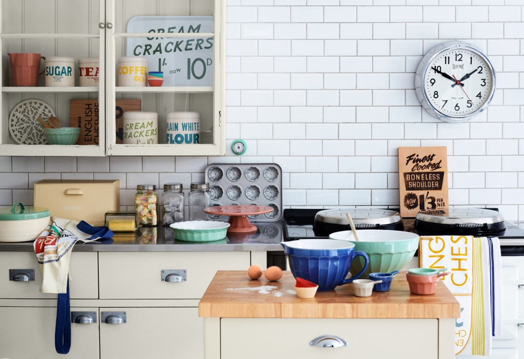 Vintage Kitchen Ideas: Vintage Clocks Provide Functional Artwork For Kitchen